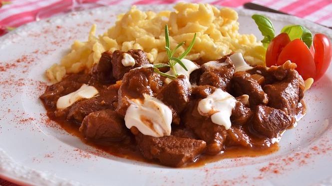 Un piatto di goulash servito al ristorante tipico taufer restaurant